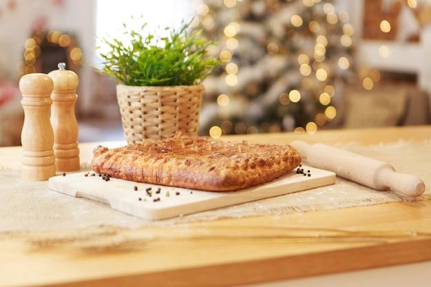 Fazendo uma torta. jantar festivo. deleite de natal. a cozinheira prepara pastéis