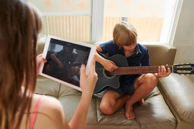 Fazendo vídeo de jovem músico