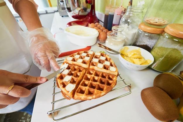 Fazendo waffles belgas