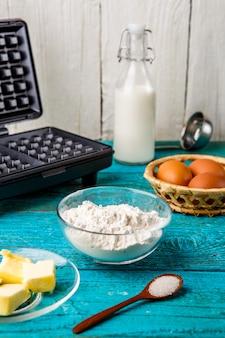 Fazendo waffles em casa - waffles e ingredientes - leite, ovos e farinha.