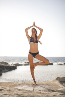Fazendo yoga na praia