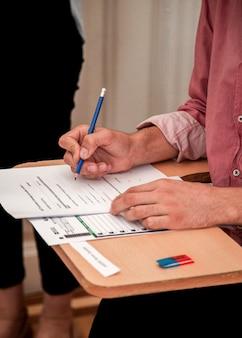 Fazer exame ou preenchimento do formulário de solicitação de emprego