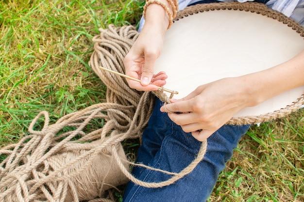 Fazer uma cesta de crochê com um cordão grosso de materiais ecológicos e fundo de madeira para a decoração da casa