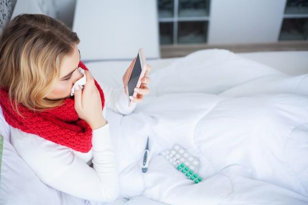 Febre e frio, retrato de mulher bonita pegou gripe