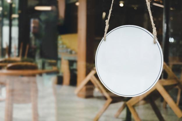 Fechado. café café texto na placa de sinalização vintage pendurado na porta de vidro em um moderno café café, reabrindo o café restaurante, loja de varejo, pequeno empresário, comida para viagem, conceito de comida e bebida