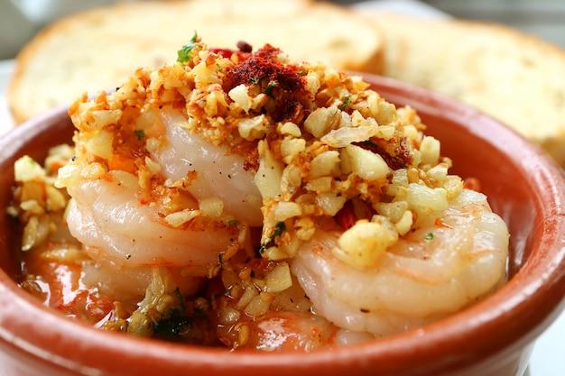 Fechado de camarão de alho estilo espanhol mouthwatering ou gambas al ajillo