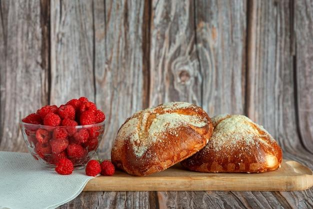 Fechado de pão branco com frutas frescas e geléia no café da manhã em fundo de madeira.