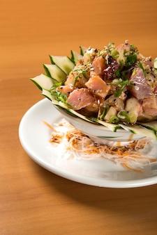 Fechado de prato japonês: uma tigela grande de arroz misturado com peixe fresco (salmão e outros peixes) em cima chamado