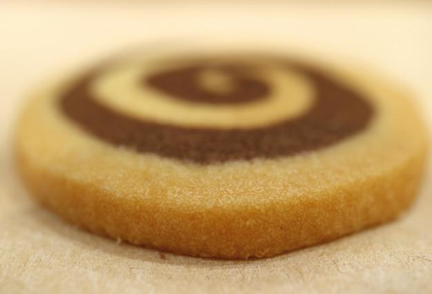 Fechado saboroso baunilha e chocolate redemoinho biscoito de manteiga, foco seletivo