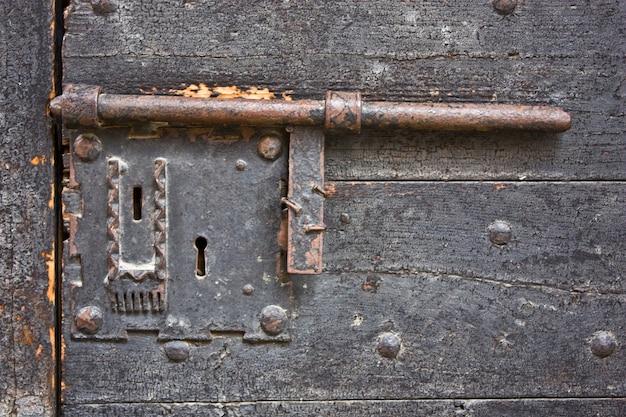 Fechadura antiga de metal em uma porta medieval