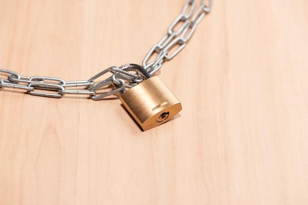 Fechadura com chave trancada com corrente na mesa