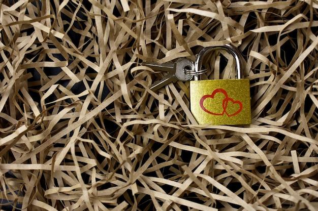 Fechadura com chaves em fundo de palha claro