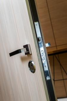 Fechadura cromada na porta da frente