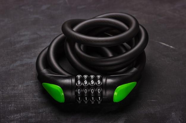 Fechadura de combinação de bicicleta em fundo preto