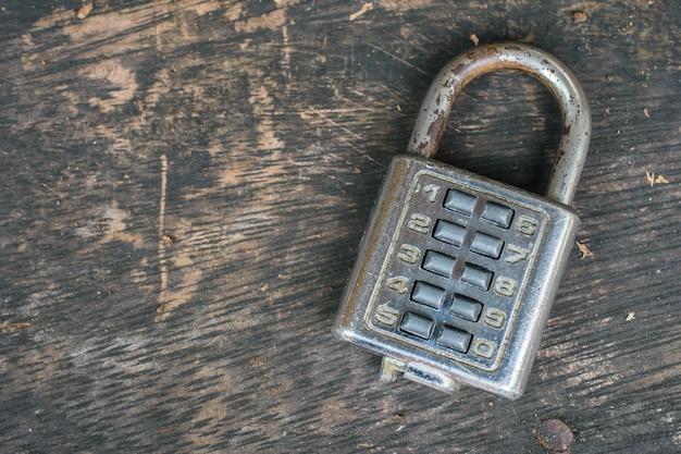 Fechadura de combinação na velha mesa de madeira