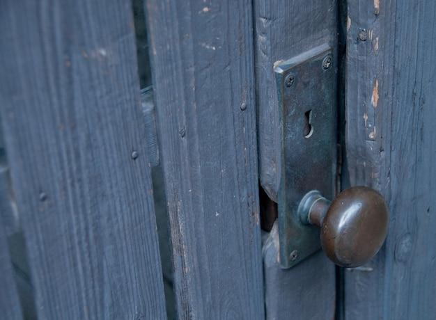 Fechadura de metal clássica redonda com chave segure na porta de madeira