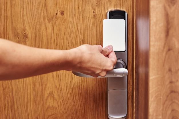 Fechadura digital de porta aberta com chave de cartão