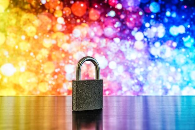 Fechadura e chave com uma luzes desfocadas coloridas