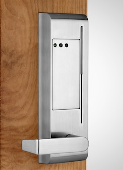 Fechadura eletrônica na porta de madeira