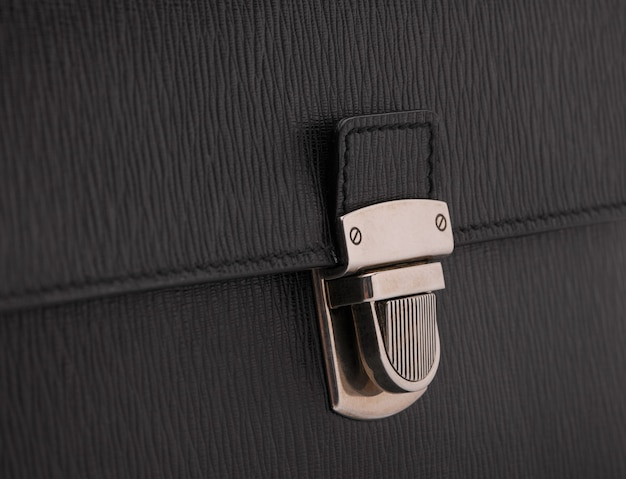 Fechadura luxuosa em bolsa de couro preta, close-up