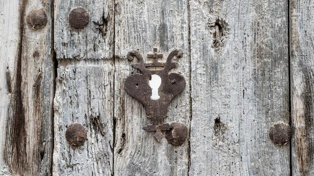 Fechadura muito antiga em uma porta de madeira