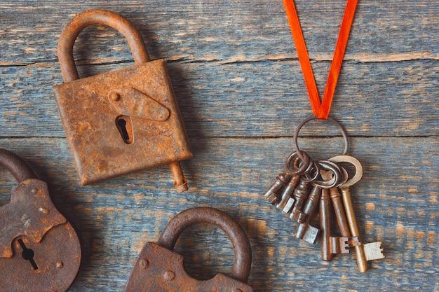 Fechaduras antigas com um molho de chaves