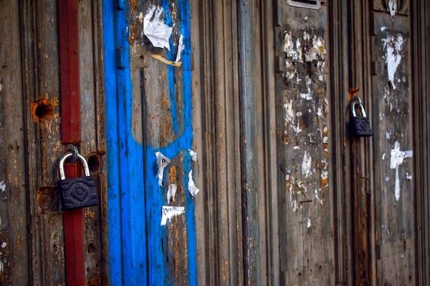 Fechaduras penduradas em portas de madeira