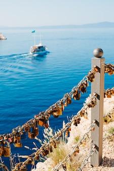 Fechamento de casamento em cima do muro perto do mar. makarska, croácia.