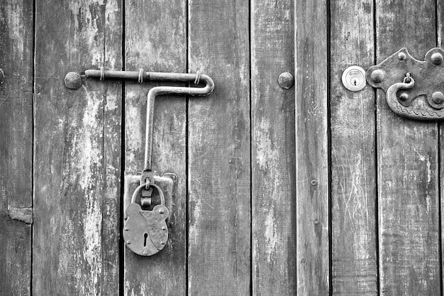 Fechamento de porta clássica hdr preto e branco