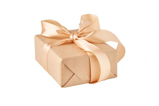 Fechar a caixa de presente em papel ofício com fita dourada isolada no branco