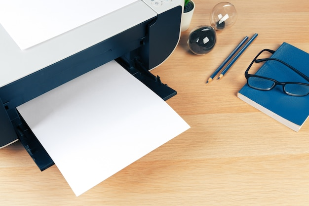 Fechar a tela da impressora moderna no escritório