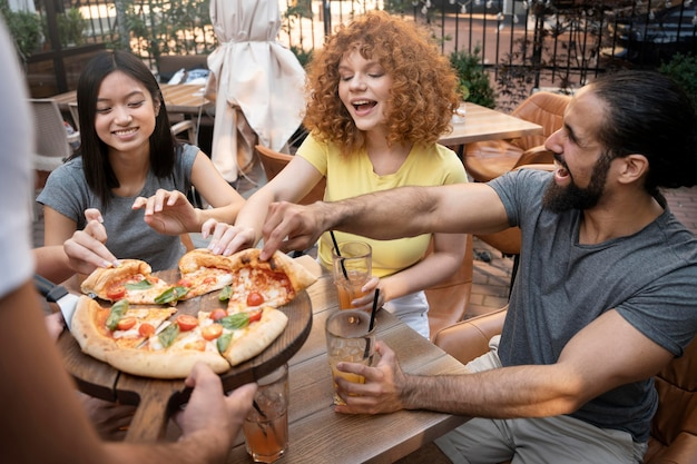 Fechar amigos com pizza saborosa