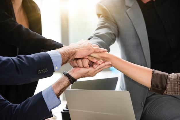 Fechar as mãos das pessoas, apertar o sucesso da parceria de negócios, conceito de apertar a mão