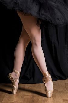 Fechar as pernas em pointe sapatos