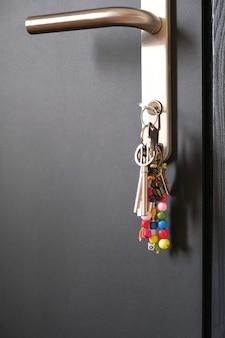 Fechar chaves com chaveiro na fechadura da porta da frente preta