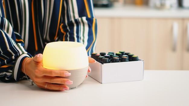 Fechar chumbo no difusor de óleos essenciais após adicionar fragrância a ele. aroma saúde essência, bem-estar aromaterapia home spa fragrância tranquiloterapia, vapor terapêutico, tratamento de saúde mental