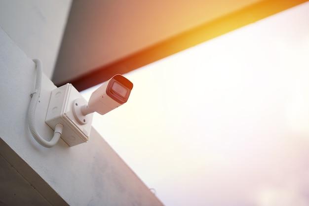 Fechar circuito de televisão (cctv) na proteção contra roubo de conceito de edifício. copie o espaço.