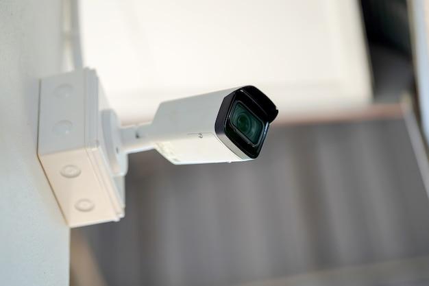 Fechar circuito de televisão (cctv) na proteção contra roubo de conceito de edifício.