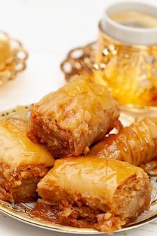 Fechar foto de baklava turco delicioso servido em um prato