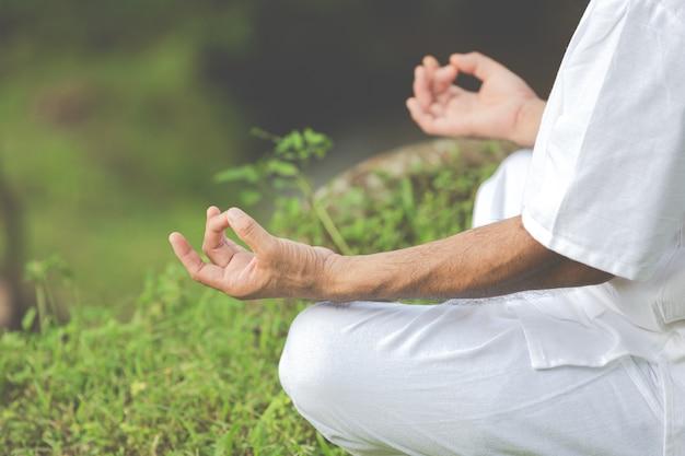 Fechar foto de mãos fazendo meditação