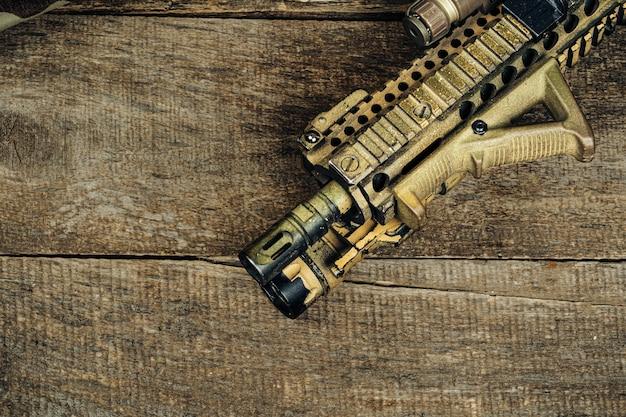 Fechar foto de rifle m16 na placa de madeira