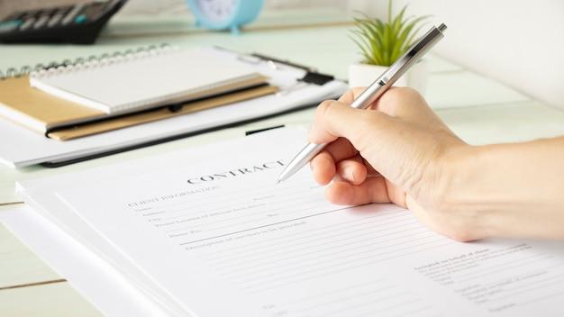 Fechar homem de negócios assinando contrato fazendo um acordo, negócio clássico