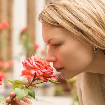 Fechar linda mulher cheirando rosas
