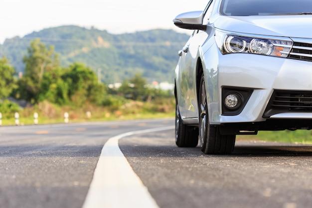 Fechar na frente do novo estacionamento prateado na estrada de asfalto