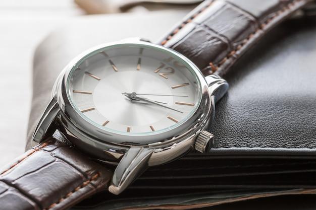 Fechar o relógio e a carteira