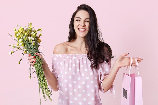 Fechar o retrato de mulher alegre recebe presente para festa de aniversário