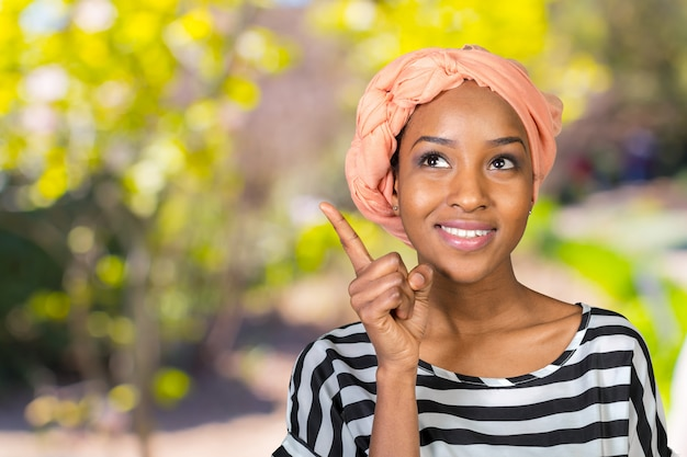 Fechar o retrato de um dedo apontando feliz mulher de negócios