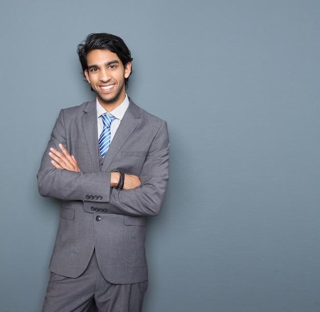Fechar o retrato de um jovem empresário alegre