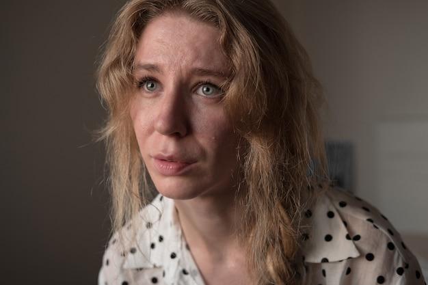 Fechar o retrato de uma jovem mulher chorando