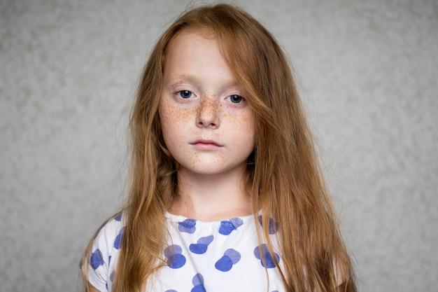 Fechar o retrato de uma menina ruiva